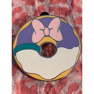 (4C) Daisy Doughnut Pin